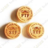 Petits géocoins en bois (non trackables) pour le premier (FTF), second (STF) et troisième (TTF) à trouver.